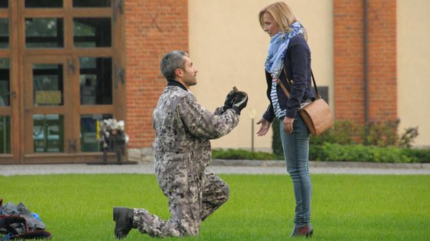 Aleks (Hubert Jarczak) oświadczy się i zostanie przyjęty! Czy u jego boku Marysia w końcu zazna szczęścia? /Bogdan Bogielczyk /ATM