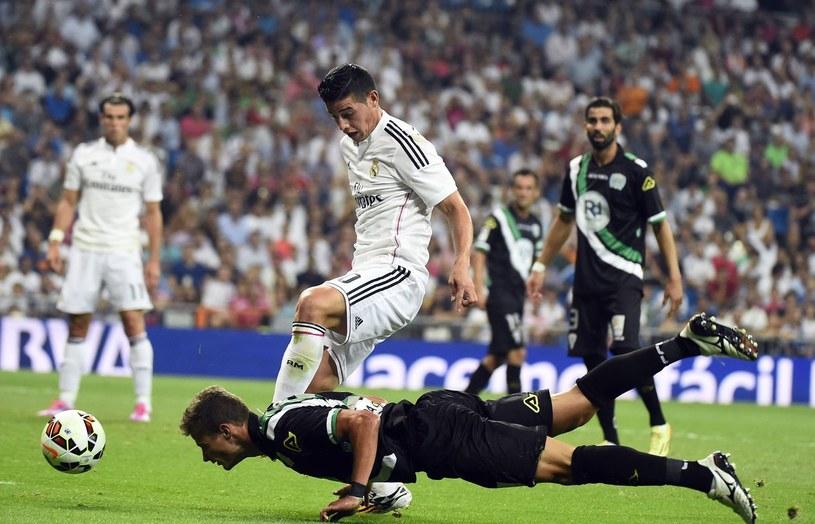Aleksandar Pantić zatrzymujący Jamesa Rodrigueza, ówczesnego zawodnika Realu Madryt /GERARD JULIEN /AFP