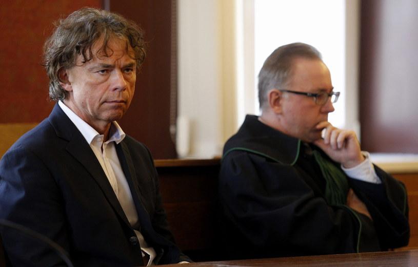 Aleksander Broda (L) i mecenas Adam Kasperkiewicz (2L) na sali Sądu Apelacyjnego w Katowicach /Andrzej Grygiel /PAP