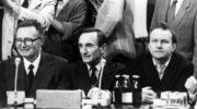 Aleksander Hall i prof. Henryk Samsonowicz rezygnują z członkostwa w kapitule Orderu Orła Białego
