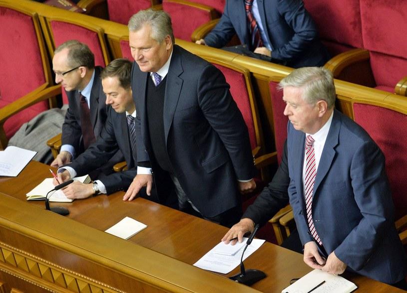 Aleksander Kwaśniewski i Pat Cox (pierwszy z prawej) /AFP