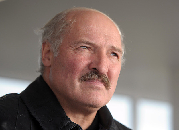 Aleksander Łukaszenka pozostaje liderem sondaży /AFP