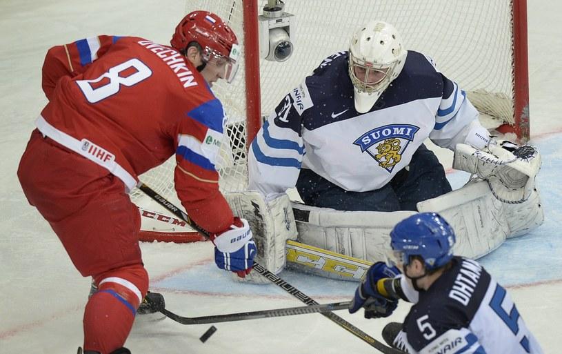 Aleksander Owieczkin w ataku na fińską bramkę /AFP
