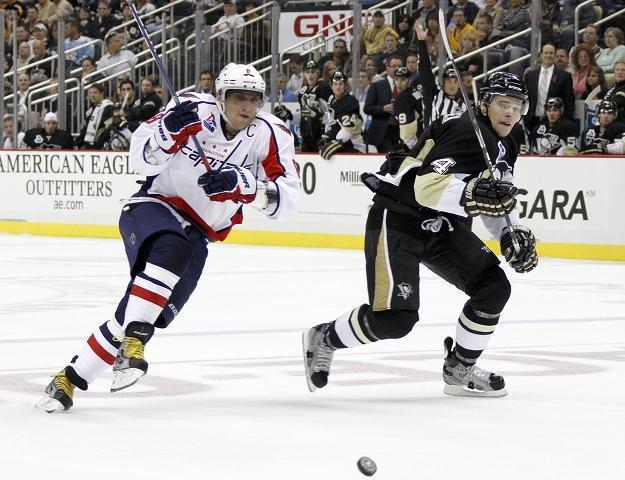 Aleksander Owieczkin (z lewej) strzelił gola w meczu z Pittsburgh Penguins /AFP