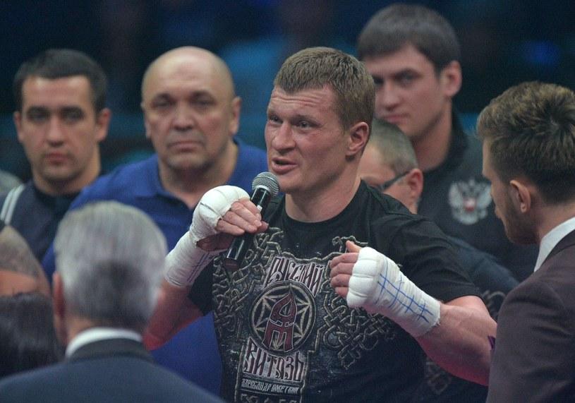 Aleksander Powietkin (z mikrofonem) /AFP