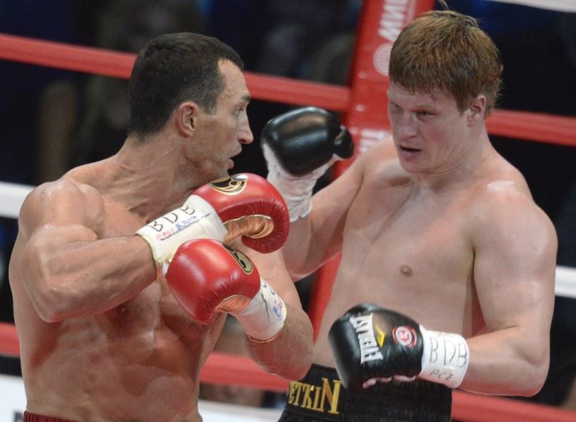 Aleksander Powietkin (z prawej) chce jeszcze raz zmierzyć się z Władimirem Kliczką /AFP