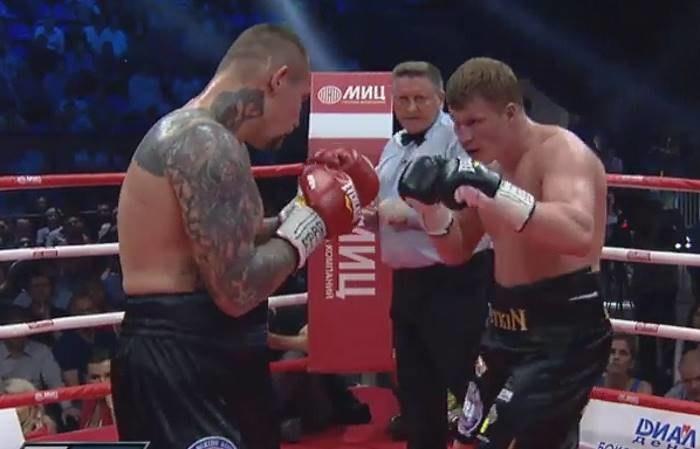 Aleksander Powietkin (z prawej) w walce z Andriejem Rudenką; źródło: youtube.com /