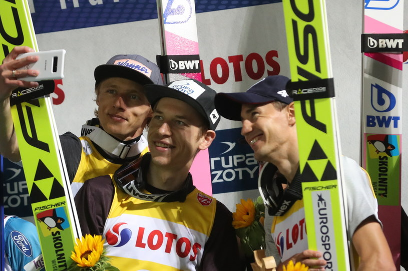 Aleksander Zniszczoł (w środku) obok Dawida Kubackiego (z lewej) i Kamila Stocha / Grzegorz Momot    /PAP