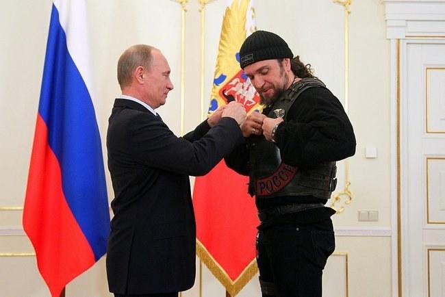 """Aleksandr """"Chirurg"""" Zołdastanow odbiera z rąk prezydenta Putina Medal Honoru /INTERIA.PL/materiały prasowe"""