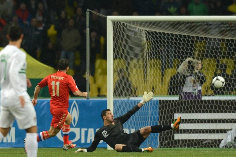 Aleksandr Kierżakow strzela gola dla Rosji w meczu z Portugalią /AFP
