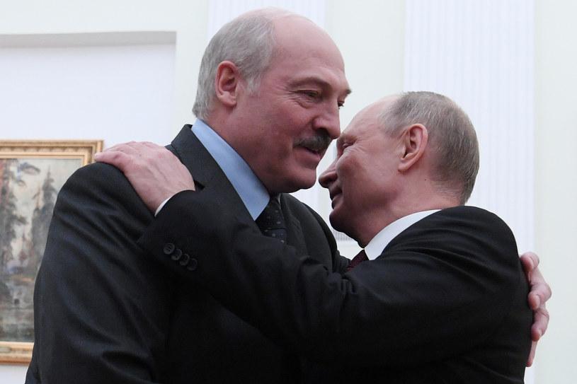 """Aleksandr Łukaszenka w objęciach """"wielkiego brata"""" Władimira Putina. Grudzień 2018 /Kirill Kudryavtsev /AFP"""