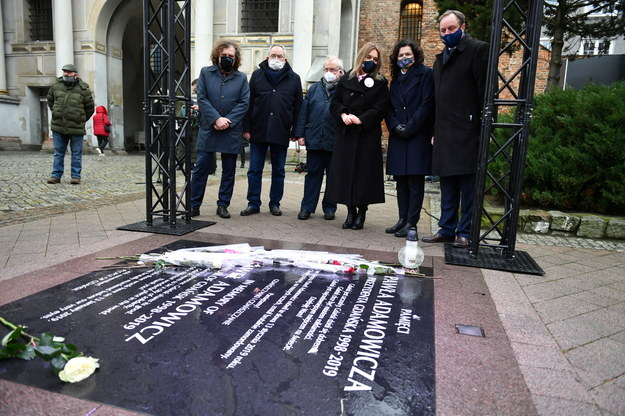 Aleksandra Dulkiewicz, Jacek Karnowski, Aleksander Hall i bliscy Pawła Adamowicza przy tablicy pamiętniającej miejsce ataku na prezydenta Gdańska / Adam Warżawa    /PAP