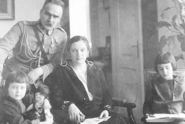Aleksandra Piłsudska (w środku), wdowa po Marszałku byla więziona na Wyspie Węży /Narodowe Archiwum Cyfrowe /Z archiwum Narodowego Archiwum Cyfrowego