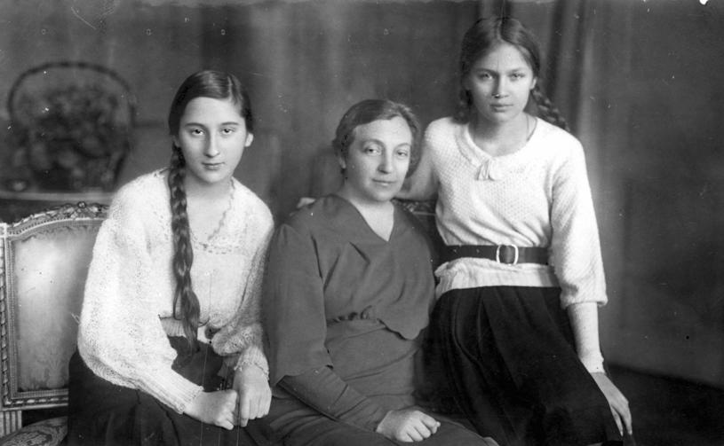 Aleksandra Piłsudska z córkami, 1933 /Styl.pl/materiały prasowe