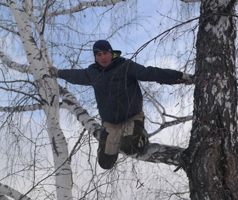 Aleksiej Dudoladow uczy się zdalnie na ośmiometrowej brzozie /Instagram /
