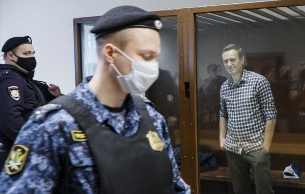 Aleksiej Nawalny w szklanej kabinie na sali rozpraw w moskiewskim sądzie /YURI KOCHETKOV /PAP/EPA