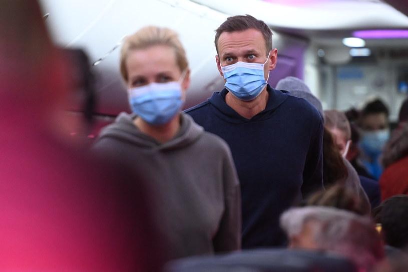 Aleksiej Nawalny wraz z żoną na pokładzie samolotu lecącego do Rosji /AFP