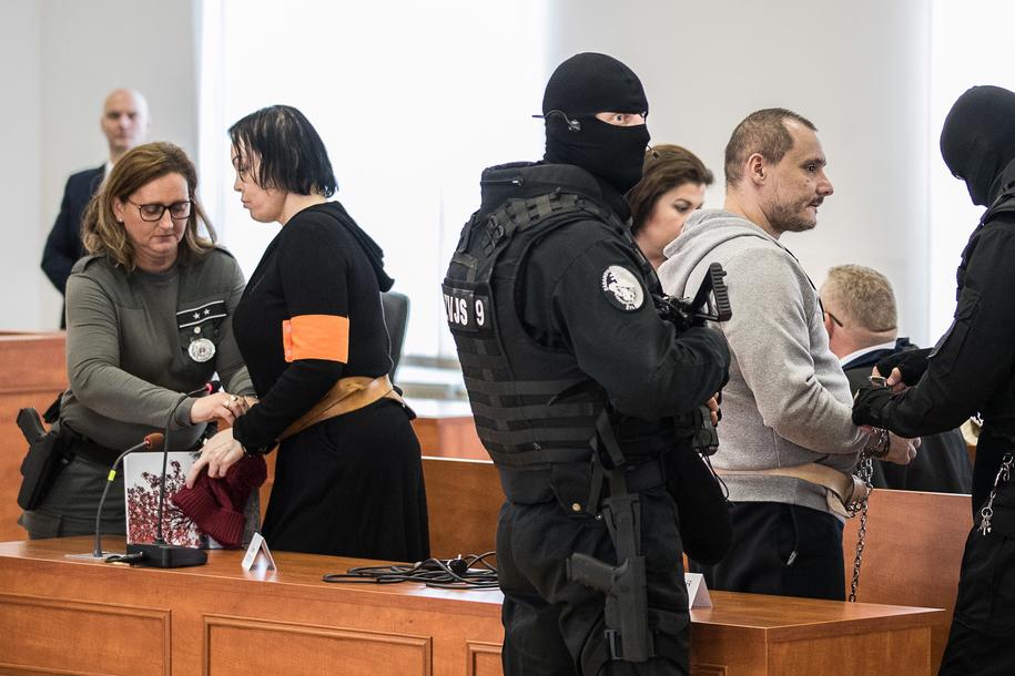 Alena Zsuzsova i Tomasz Szabo na ławie oskarżonych /JAKUB GAVLAK /PAP/EPA