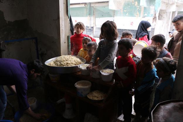 Aleppo: Dzieci w kolejce do kuchni polowej /AFP