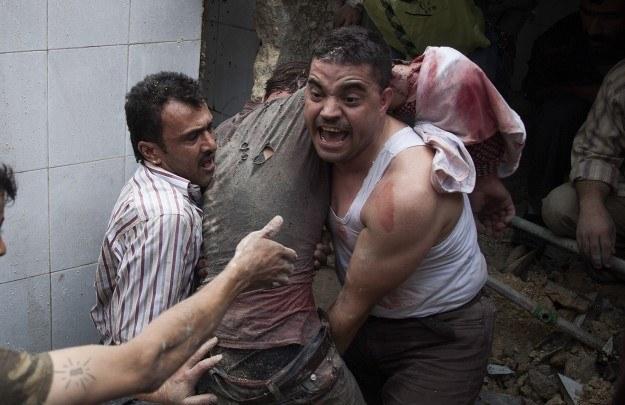 Aleppo. Mężczyźni wydostali spod gruzów zawalonego meczetu rannego człowieka /AFP