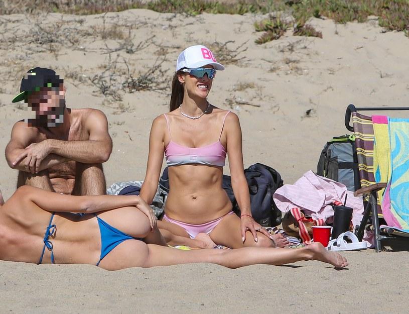 Alessandra Ambrosio na plaży /BOAZ/Backgrid /Agencja FORUM