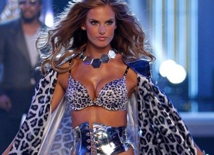 Alessandra Ambrosio na pokazie Victoria's Secret, listopad 2007 /Getty Images/Flash Press Media