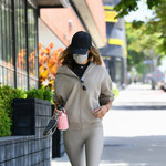 Alessandra Ambrosio wyeksponowaładługie nogi
