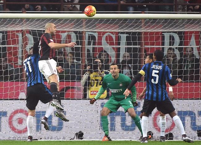 Alex (drugi z lewej) strzela gola dla Milanu /PAP/EPA