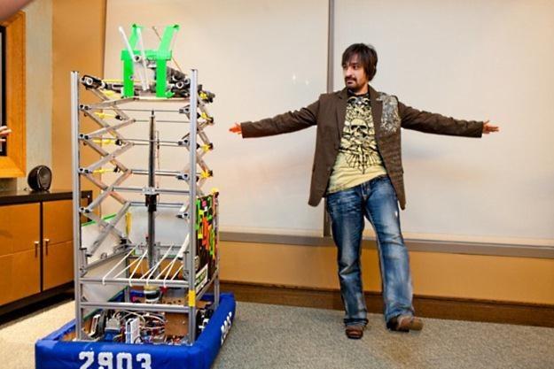 Alex Kipman i sterowany przy pomocy Kinecta robot produkcji amerykańskich nastolatków /materiały prasowe