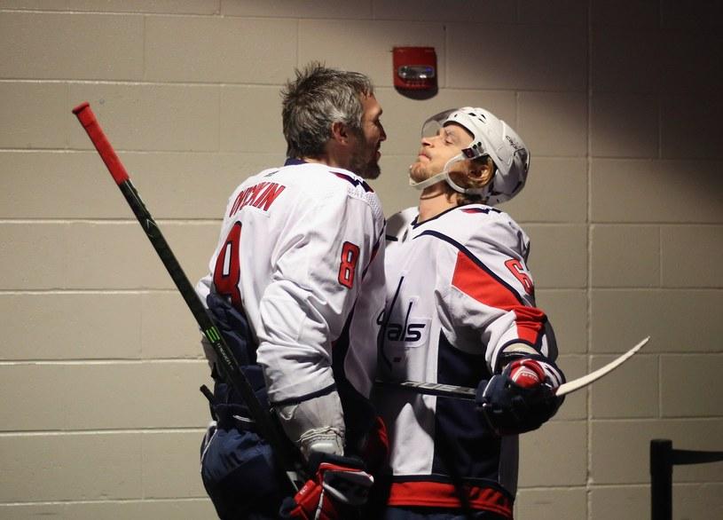 Alex Ovechkin i Michal Kempny z Washington Capitals /AFP