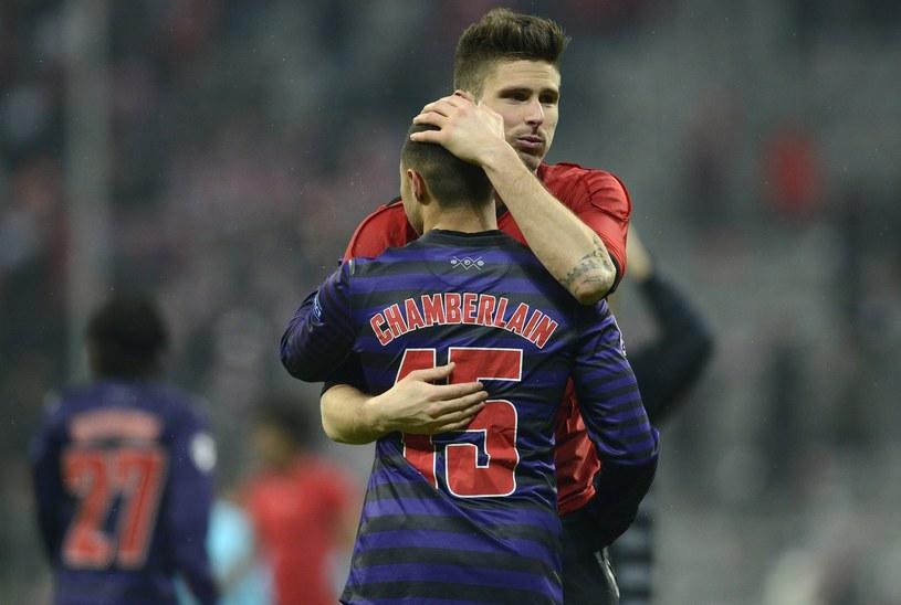 Alex Oxlade-Chamberlain i Olivier Giroud pocieszają się po odpadnięciu z Ligi Mistrzów. /AFP