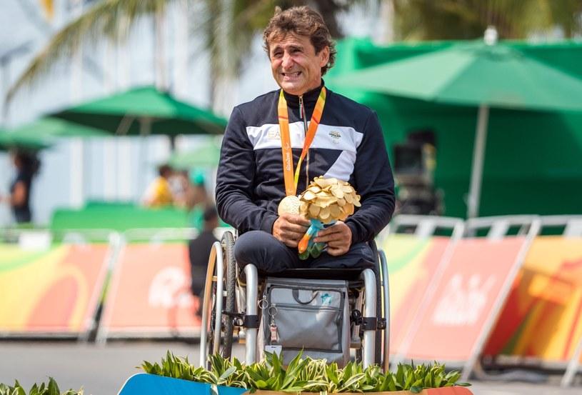 Alex Zanardi ze złotym medalem paraolimpiady w Rio /AFP