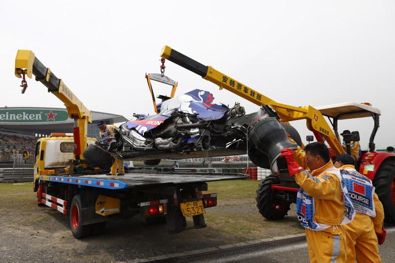 Alexander Albon ze Scuderia Toro Rosso zaliczył groźny wypadek, z jego bolidu sprawnych części niewiele zostało /PAP/EPA