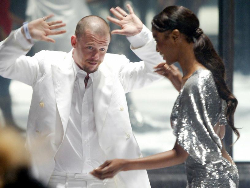 Alexander McQueen na zdjęciu z Naomi Campbell - rok 2004 /NICOLAS ASFOURI /AFP/East News