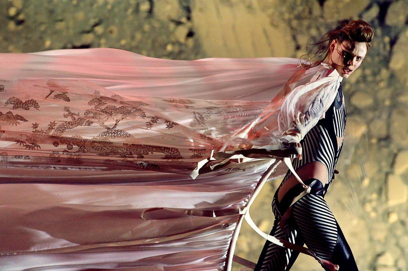 Alexander McQueen udowodnił, że pokaz mody może być dziełem sztuki /JEAN-PIERRE MULLER / AFP /AFP/East News
