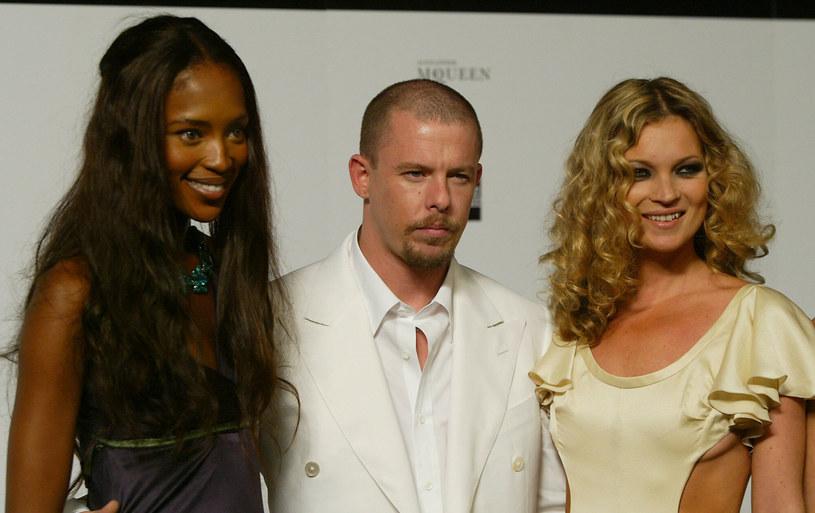 Alexander McQueen z Naomi Campbell i Kate Moss - zdjęcie z roku 2004 /NICOLAS ASFOURI /AFP/East News
