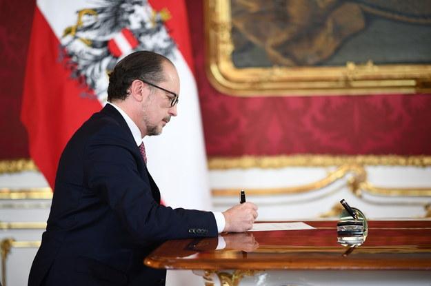 Alexander Schallenberg podpisuje swój mandat podczas zaprzysiężenia na stanowisko kanclerza federalnego Austrii /CHRISTIAN BRUNA /PAP/EPA