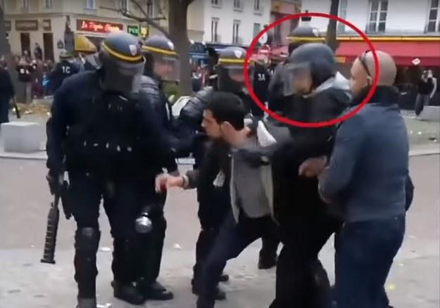 Alexandre Benalla, były wiceszef kancelarii Emmanuela Macrona, usłyszał zarzut pobicia uczestników demonstracji oraz nielegalnego noszenia niektórych części policyjnego stroju /YouTube.com /Zrzut ekranu