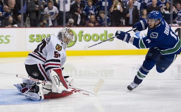 Alexandre Burrows (Canucks) strzela na bramkę Blackhawks /AFP