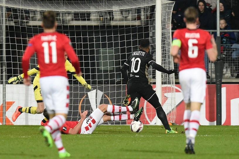 Alexandre Lacazette w akcji po drugiej strzelił drugiego gola w meczu /AFP