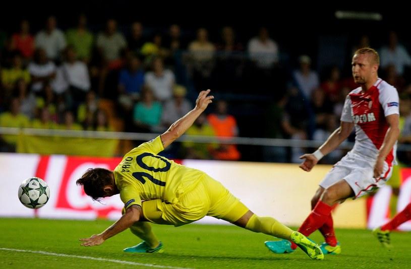 Alexandre Pato (z lewej) i Kamil Glik w meczu Villarreal - AS Monaco /AFP