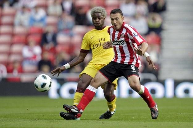 Alexandre Song walczy o piłkę ze Steedem Malbranque /AFP