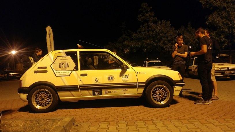 Alexandre (z prawej) i jego 205 GTI. Najszybszy wóz w całej stawce rajdu /facebook.com/EuropRaid/ /INTERIA.PL