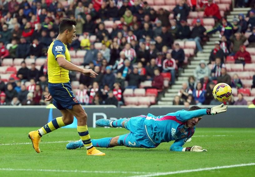 Alexis Sanchez strzela drugą bramkę dla Arsenalu /AFP
