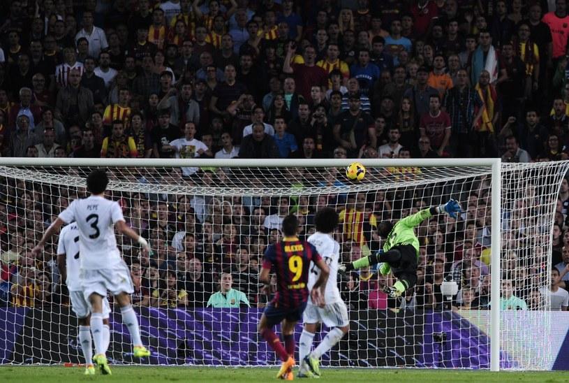 Alexis Sanchez strzela na 2-0 dla Barcelony /AFP