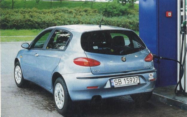 Alfa 147 JTD robi szczególnie dobre wrażenie pod dystrybutorem paliwa. Nasze średnie zużycie paliwa 6,4 dm3/100 km nie pozwoliło na przejechanie 1000 km bez tankowania, ale było blisko: zbiornik ma pojemność 60 dm3. /Motor