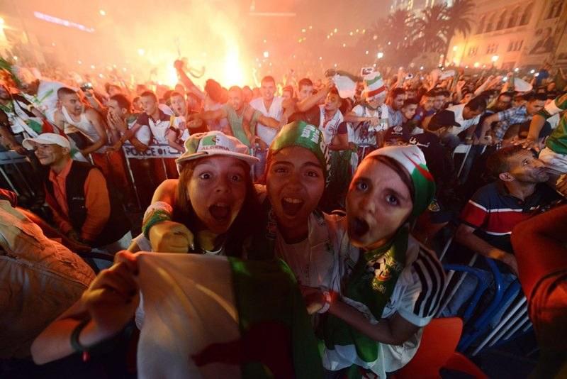 Algierczycy ze szczęścia wyszli na ulice /STR /PAP/EPA