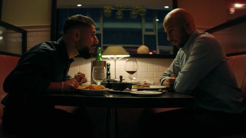 """Ali Sivand i i Dar Salim w scenie z filmu """"Darkland"""" /materiały prasowe"""