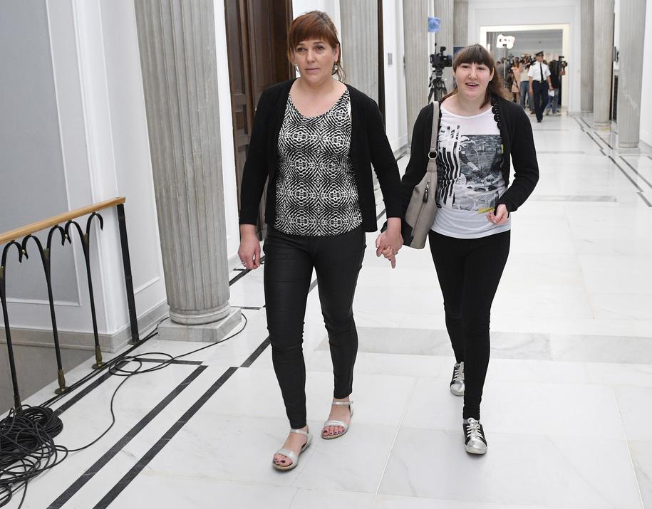 Alicja Jochymek i córka Kinga przerwały protest i opuszczają Sejm /Radek Pietruszka /PAP