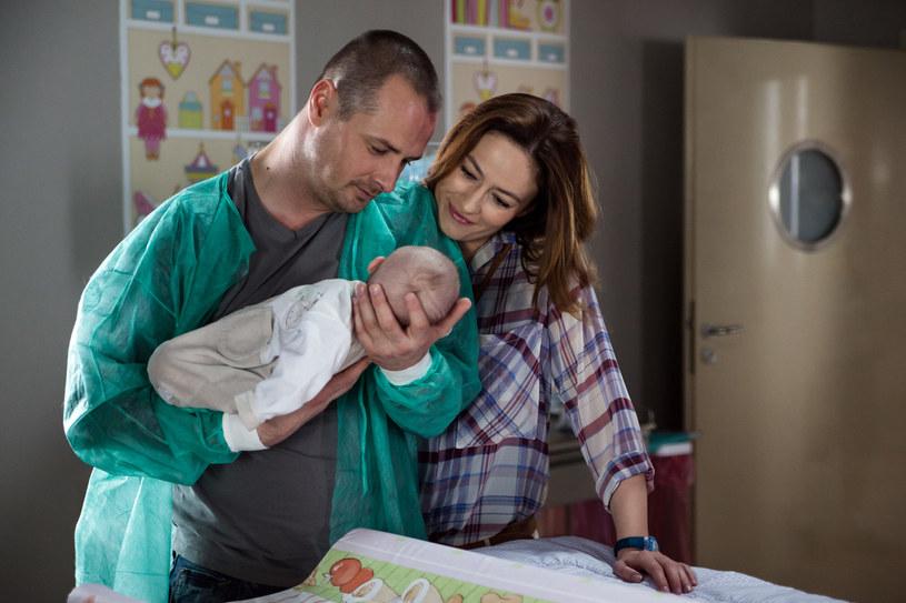 Alicja odwiedza Maksa i jego synka na oddziale. /x-news/ Mirosław Sosnowski /TVN